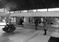 165541 Interieur van het nieuwe N.S.-station Gorinchem te Gorinchem: hal met loket- en bagagebalie.
