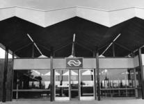 165543 Gezicht op de voorgevel van het nieuwe N.S.-station Gorinchem te Gorinchem.