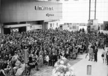 165544 Afbeelding van de genodigden in de hal van het nieuwe N.S.-station Den Haag C.S. te Den Haag, tijdens de ...