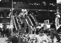 165546 Afbeelding van de feestelijke opening van het nieuwe N.S.-station Den Haag C.S. te Den Haag, met op de ...