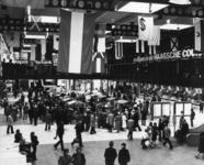 165553 Afbeelding van de braderie in de hal van het N.S.-station Den Haag C.S. te Den Haag ter gelegenheid van de ...