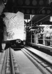 165555 Afbeelding van de opening van het tramplateau boven het N.S.-station Den Haag C.S. te Den Haag, door een tram ...