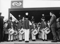 165558 Afbeelding van de drumband Jeugdkorps Stichting Willem Eggert op het perron van het N.S.-station Purmerend ...