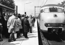 165563 Afbeelding van de opening van het nieuwe N.S.-station Maarn te Maarn, met rechts de openingstrein (een ...