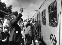 165568 Afbeelding van de officiële opening van het nieuwe N.S.-station Maarn te Maarn, met links burgemeester mr. ...