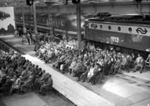 165569 Afbeelding van de aanwezigen tijdens de feestelijke opening van de verbouwde lijnwerkplaats van de N.S. te ...