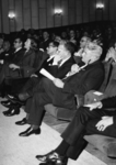 165585 Afbeelding van de aanwezigen in één van de zalen van het bioscoopcentrum Catharijne (Radboudkwartier 19) te ...