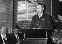 165591 Afbeelding van burgemeester E. Talstra van Dantumadeel tijdens zijn toespraak ter gelegenheid van de opening van ...
