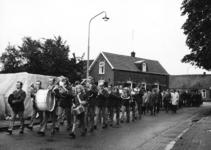 165603 Afbeelding van een muziekkorps met in hun gevolg de genodigden voor de feestelijke opening van het nieuwe gebouw ...