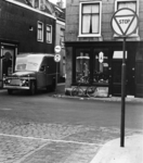 400367 Gezicht op de hoek van de Lange Nieuwstraat en de Korte Smeestraat (waar de bestelauto uit komt) te Utrecht, met ...