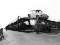 167490 Afbeelding van het lossen van auto's (Volkswagens) bij Pon te Leusden.