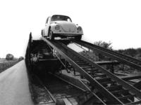 167491 Afbeelding van het lossen van auto's (Volkswagens) bij Pon te Leusden.