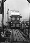 165620 Afbeelding van een locomotor van de N.S. (serie 200/300) op de Spoorpont II van Rederij Koppe voor het ...