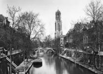 500159 Gezicht op de Oudegracht te Utrecht, uit het zuiden, met op de achtergrond de Gaardbrug en de Domtoren (Domplein).