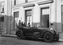 600566 Afbeelding van (vermoedelijk) de familie Bink in hun auto voor het huis Lange Nieuwstraat 11 (kantoor en ...