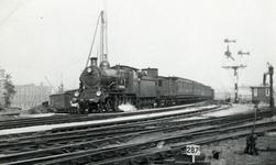 170009 Afbeelding van de stoomlocomotief uit de serie 3500 van de N.S. met een trein te Amsterdam.