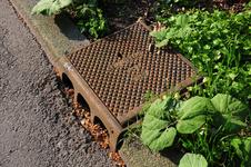 807515 Afbeelding van een afvoerput (trottoirkolk) in de stoeprand van de Alexander Numankade te Utrecht, met het ...