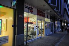 821934 Gezicht op de winkelpui van de Oosterse speciaalzaak Toko Centraal (Achter Clarenburg 32) te Utrecht.
