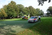 818340 Afbeelding van een traumahelikopter die geland is in het Majellapark te Utrecht om eerste hulp te bieden bij een ...