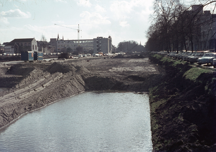 827191 Gezicht op de Stadsbuitengracht te Utrecht tussen de Rijnkade (links) en de Catharijnesingel, tijdens de demping.