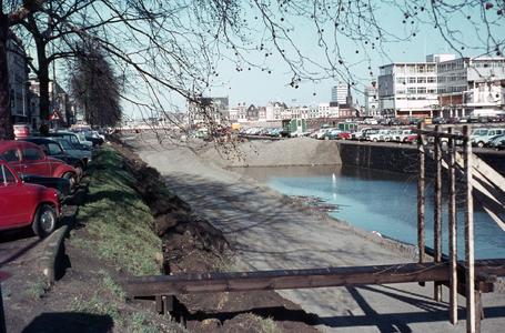 827192 Gezicht op de Stadsbuitengracht te Utrecht tussen de Catharijnesingel (links) en de Rijnkade, tijdens de demping.