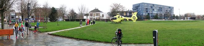 818738 Afbeelding van een traumahelikopter in het Griftpark te Utrecht; rechts op de achtergrond het ...