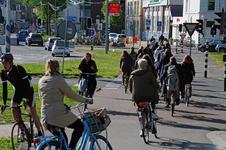 827703 Afbeelding van overstekende fietsers bij het verkeerslicht voor het fietspad op de hoek van het Paardenveld en ...