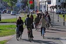 827704 Afbeelding van overstekende fietsers bij het verkeerslicht voor het fietspad op de hoek van het Paardenveld en ...