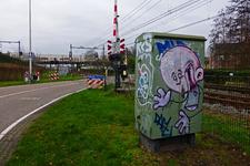827706 Afbeelding van graffiti op een relaiskast bij de spoorwegovergang in de Voordorpsedijk te Utrecht.