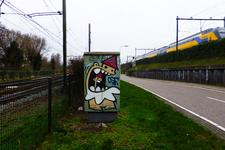 827707 Afbeelding van graffiti van de Utrechtse Kabouter (KBTR) op een relaiskast bij de spoorwegovergang in de ...