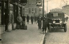 832068 Afbeelding van een bestelauto van de Zuid-Hollandsche Bierbrouwerij, afd. De Krans (Muntkade 12) te Utrecht, met ...