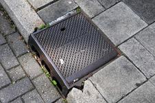 832687 Afbeelding van een gietijzeren rioolput (trottoirkolk, Gemeente Utrecht 1921) in de stoeprand van de ...
