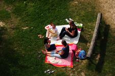 834463 Afbeelding van twee picknickende moeders met hun dochters in de Bosspeeltuin (Uilenboslaan 2) in het Máximapark ...