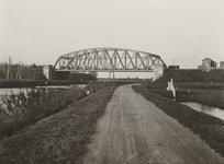83987 Gezicht op de spoorbrug over het Merwedekanaal te Utrecht in de spoorlijn Utrecht-Rotterdam, vanaf de Keulsekade, ...