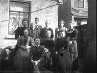 Groepsportret van een familie te Wilnis, vermoedelijk familie Van Emmerik