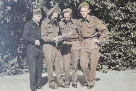 385 Simon Rood heeft gediend als gevangenisbewaker bij het fort.De foto's tonen Simon in militaire uniform. Of deze ...