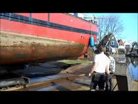 465 Onderkant schip (?) wordt op de helling afgespoten, 2014.