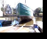 468 Botter VD104 wordt uit het water de helling op gesleept, 2014.