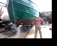 470 Botter VD104 wordt op de helling schoongespoten, 2014.