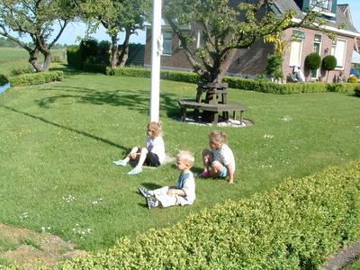 HGOM00000606 Kinderen Edwin en Laura Laan kijken naar koe in de sloot bij Kees v.d. Hudding