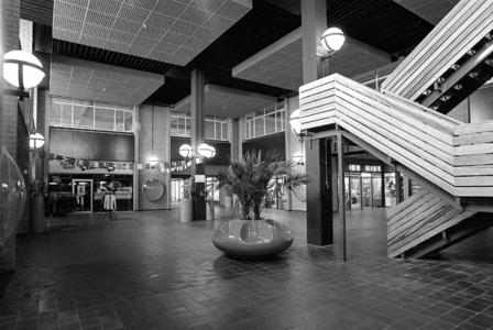 RJ000000874 De centrale hal van het één jaar oude winkelcentrum Purmersteijn in de Overwhere II waar nog niet alle ...