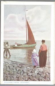 WAT001013283 Vader en dochter in Volendamse klederdracht kijken over de haven uit naar een botter.