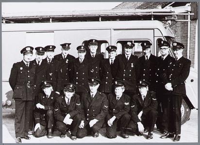 WAT001001547 Foto van de brandweer Katwoude.v.l.n.r. staand: J. Lammers, J. Horden, C. Buijs, E.F. Tyan, W.M. Lammers, ...
