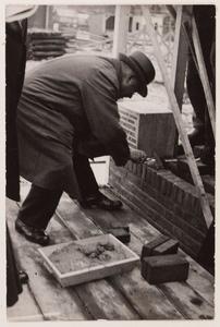 WAT001008563 Eerste steenlegging door burgemeester H. Cramwinckel.