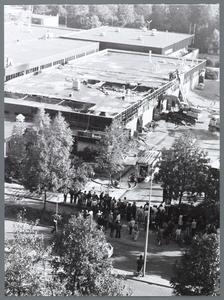 WAT001008977 Op 13 oktober 1980 ontstond een grote brand in het Makado-winkelcentrum aan het J.F.Kennedyplein. Van de ...