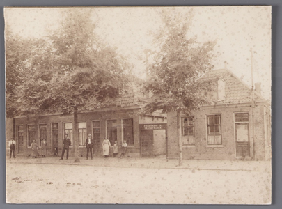 WAT001009074 Woningen afgebroken 1922 voor nieuwbouw W. Eggertschool. Het hoekcafé had de naam 'De nieuwe aanleg'.