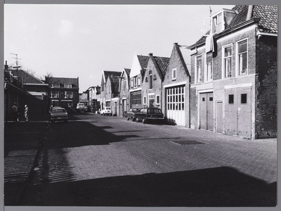 WAT001009634 Plantsoenstraat naar Koestraat gezien. Rechts voor de garages van de brandweer.