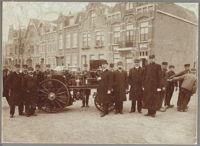WAT001014265 De in 1909 afgeleverde stoomhandspuit bracht het hele toenmalige brandweerkader op de been.Met op de ...