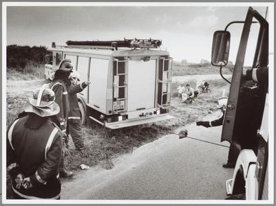 WAT001014272 Brandweerauto vast in de berm.