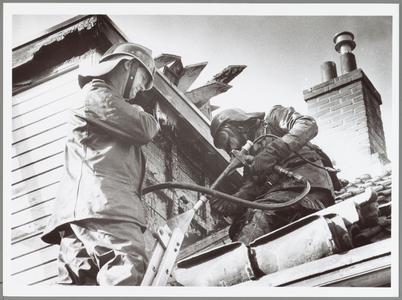 WAT001014276 Brandweerlieden aan het werk.